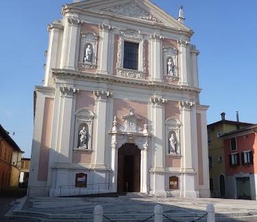 La facciata della Chiesa Parrocchiale